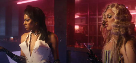 Las estrellas de Rupaul's Drag Race UK Tayce y A'Whora en el video de Little Mix's Confetti