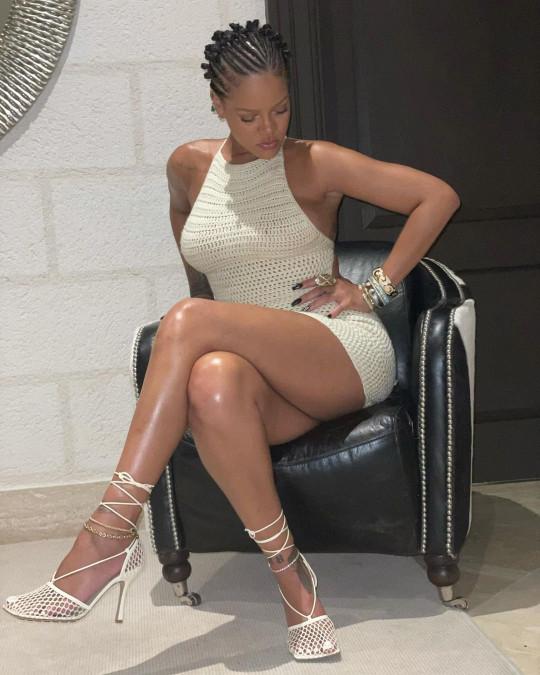 Rihanna con un vestido color crema y tacones en una foto de su Instagram, mayo de 2021