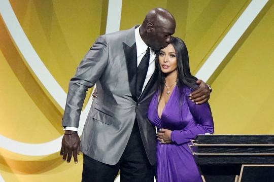 El presentador Michael Jordan besa a Vanessa Bryant en la cabeza después de que Bryant hablara en nombre de su difunto esposo, Kobe Bryant, después de que Bryant fuera consagrado como parte de la clase del Salón de la Fama del Baloncesto 2020 el sábado 15 de mayo de 2021 en Uncasville, Connecticut.