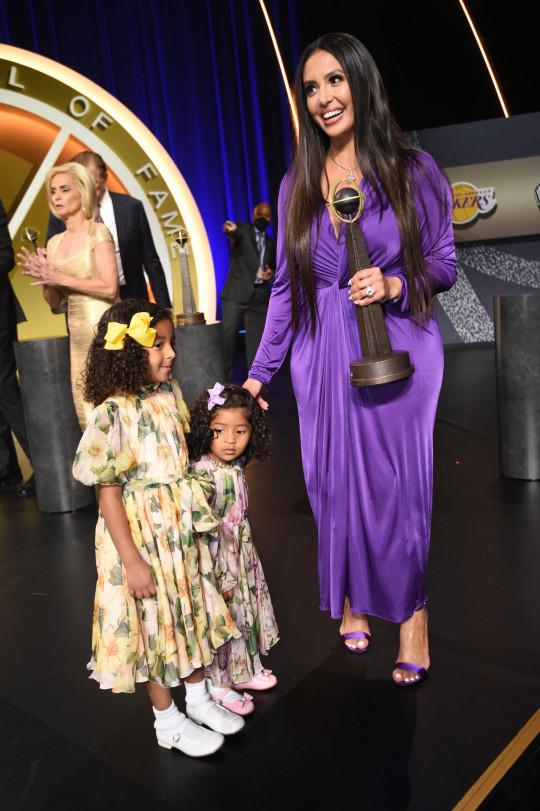 Vanessa Bryant con sus hijas Bianka y Capri durante la Ceremonia de Consagración del Salón de la Fama del Baloncesto 2020 el 15 de mayo de 2021