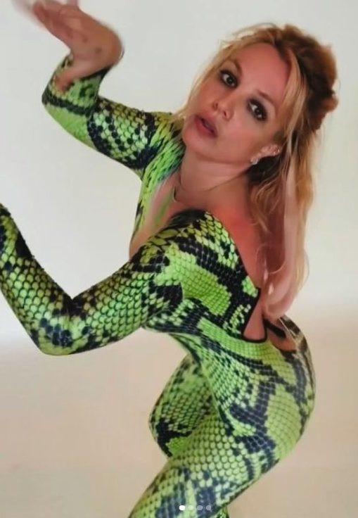 Britney Spears vestida de serpiente