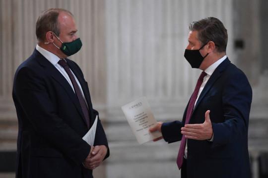 El líder liberal demócrata Sir Ed Davey (izquierda) conversa con el líder del Partido Laborista, Sir Keir Starmer, en el servicio de conmemoración y acción de gracias del NHS para conmemorar el 73 cumpleaños del NHS en la Catedral de St Paul, Londres.