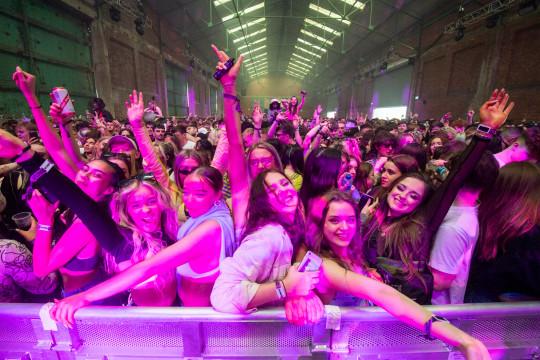 LIVERPOOL, INGLATERRA - 30 DE ABRIL: Los clubbers del Reino Unido regresan a la pista de baile cuando el club nocturno Circus organiza el primer evento de baile, que dará la bienvenida a 6.000 clubbers al almacén de Bramley-Moore Dock de la ciudad el 30 de abril de 2021 en Liverpool, Reino Unido. El evento es parte del Programa nacional de investigación de eventos que proporcionará datos sobre cómo se podría permitir que los eventos reabrieran de manera segura. (Foto de Anthony Devlin / Getty Images)