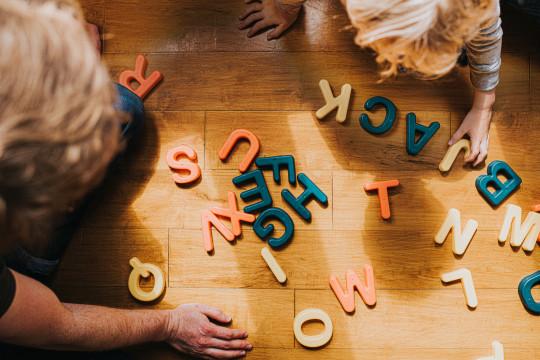 Niños jugando con bloques de ortografía.