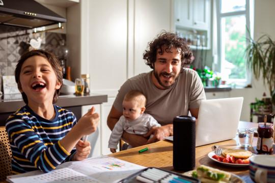 Familia usando un altavoz inteligente