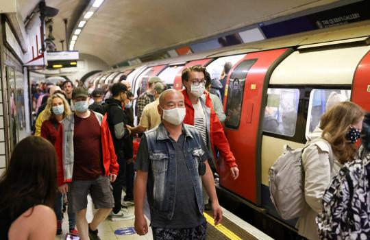 Personas con mascarillas protectoras caminan a lo largo de una plataforma en el metro de Londres, en medio del brote de la enfermedad por coronavirus (COVID-19), en Londres, Gran Bretaña, el 25 de julio de 2021. REUTERS / Henry Nicholls