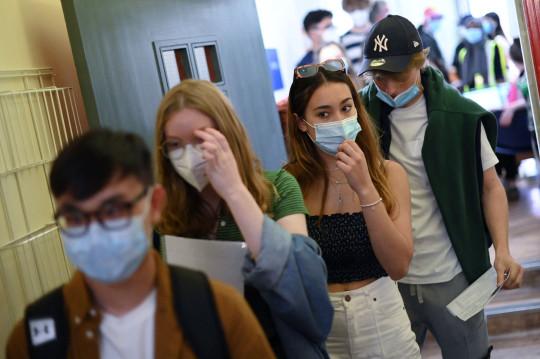 Los estudiantes esperan en una fila para recibir una dosis de la vacuna Pfizer / BioNTech Covid-19 en un centro de vacunación en el Centro de Salud Hunter Street en Londres el 5 de junio de 2021. - El gobierno del Reino Unido decidirá el 14 de junio si su plan para levantar por completo las restricciones de coronavirus se llevará a cabo según lo programado el 21 de junio en medio de la preocupación por el aumento de infecciones. (Foto de DANIEL LEAL-OLIVAS / AFP) (Foto de DANIEL LEAL-OLIVAS / AFP a través de Getty Images)