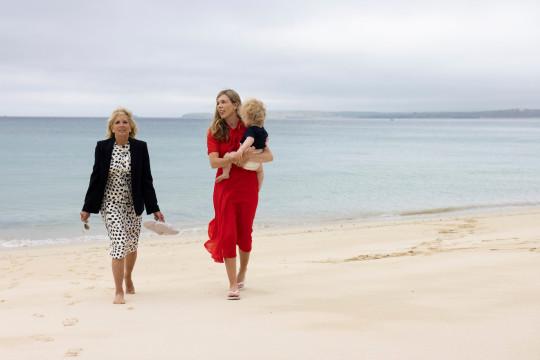 10/06/2021. Carbis Bay, Reino Unido. Carrie Johnson, esposa del Primer Ministro, habla con la Primera Dama de los Estados Unidos, la Dra. Jill Biden, mientras camina por la playa con Wilfred Johnson sentada en la playa durante la Cumbre de líderes del G7 en Carbis Bay Cornwall. Fotografía de Simon Dawson / No 10 Downing Street