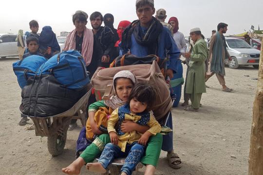 TOPSHOT - Nacionales afganos varados llegan para regresar a Afganistán al punto fronterizo entre Pakistán y Afganistán en Chaman el 16 de agosto de 2021 cuando los talibanes controlaban Afganistán después de que el presidente Ashraf Ghani huyera del país y admitiera que los insurgentes habían ganado el 20- año de guerra. (Photo by - / AFP) (Photo by - / AFP via Getty Images)