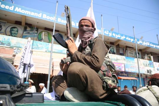 epa09417418 Los combatientes talibanes patrullan en Jalalabad, Afganistán, el 17 de agosto de 2021. El 16 de agosto, el cofundador de los talibanes, Abdul Ghani Baradar, declaró la victoria y el fin de la guerra de décadas en Afganistán, un día después de que los insurgentes entraran en Kabul para tomar el control del país. . Baradar, que dirige la oficina política de los talibanes en Qatar, lanzó un breve mensaje de video después de que el presidente Ashraf Ghani huyó y admitió que los insurgentes habían ganado la guerra de 20 años. EPA / STRINGER