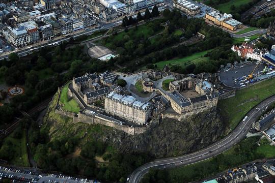 Una vista aérea del Castillo de Edimburgo. Un grupo de manifestantes, que se cree que está en contra del bloqueo, se manifestó frente a la entrada del Castillo de Edimburgo.