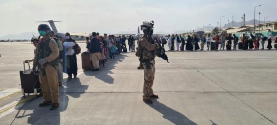 Los evacuados afganos hacen cola antes de abordar el avión militar italiano? C130J? Durante la evacuación en el aeropuerto de Kabul, Afganistán, 22 de agosto de 2021.? Ministerio de Defensa de Italia / Folleto a través de REUTERS ATENCIÓN EDITORES: ESTA IMAGEN HA SIDO SUMINISTRADA POR UN TERCERO. NO HAY REVENTAS. SIN ARCHIVO
