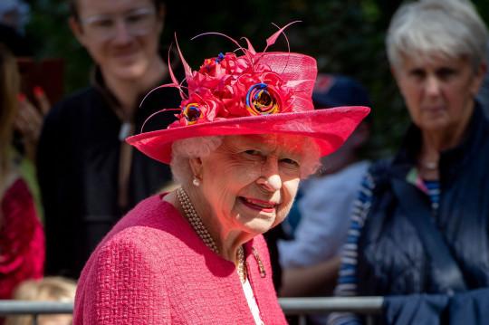 Crédito obligatorio: Foto de Tim Rooke / REX / Shutterstock (12251974as) Reina Isabel II 9 de agosto de 2021 Llegada oficial de la Reina Isabel II al Castillo de Balmoral, Escocia, Reino Unido - 09 de agosto de 2021 La Reina recibirá una bienvenida oficial al Castillo de Balmoral. En una pequeña ceremonia fuera de las puertas del castillo, Su Majestad inspeccionará una Guardia de Honor formada por los 5 ESCOCES, Compañía Balaklava, 5º Batallón del Regimiento Real de Escocia, bajo el mando del Mayor Cameron Law. La Reina es Coronel en Jefe del Regimiento Real de Escocia. Se presentarán las gaitas y los tambores de 3 SCOTS, y la mascota del Regimiento Real de Escocia, Shetland Pony Lance Corporal Cruachan IV, también estará presente en la ceremonia. Esta es la primera vez que se lleva a cabo la ceremonia de bienvenida desde 2019. De acuerdo con las directrices del gobierno, la ceremonia no se llevó a cabo el año pasado.