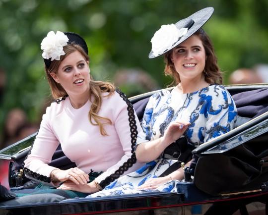 La princesa Eugenia y la princesa Beatriz durante Trooping The Color, el desfile anual de cumpleaños de la reina, el 8 de junio de 2019 en Londres, Inglaterra.