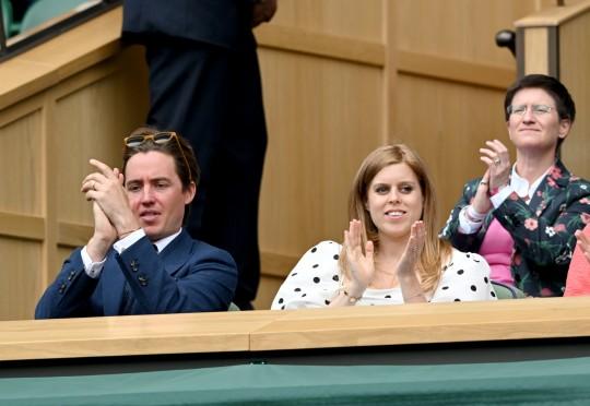 Edo Mapelli Mozzi y la Princesa Beatriz, la Sra. Edoardo Mapelli Mozzi asisten al Torneo de Tenis del Campeonato de Wimbledon en el All England Lawn Tennis and Croquet Club el 8 de julio de 2021 en Londres, Inglaterra.