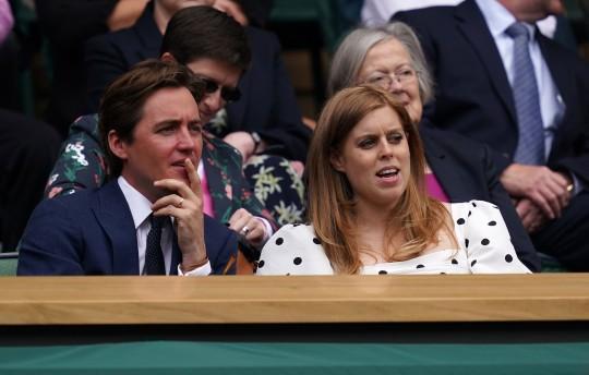 Edoardo Mapelli Mozzi y la Princesa Beatriz en el palco real en la cancha central el día diez de Wimbledon en el All England Lawn Tennis and Croquet Club, Wimbledon.